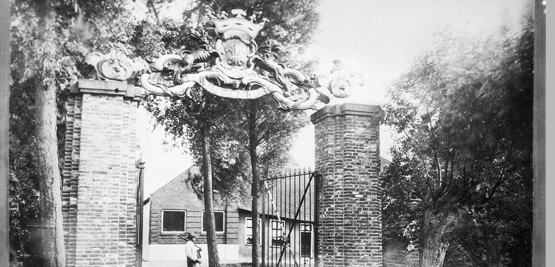 Bakstenen hekpijlers met sierbekroningen Foto Rijksdienst voor het Cultureel Erfgoed, objectr. 59.722